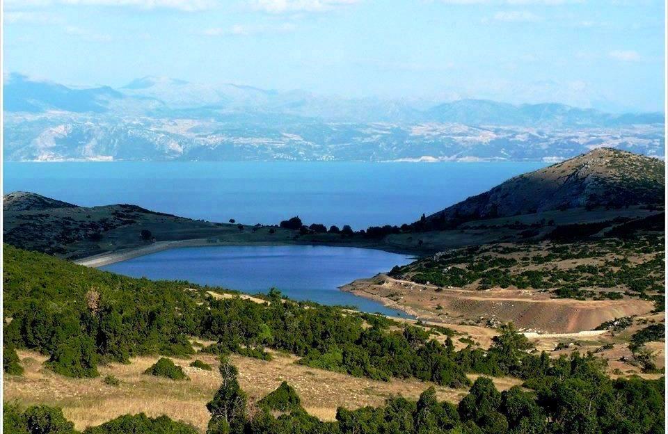 Gölü besleyen derelerden birinin üzerinde inşa edilen Barla Göleti.jpg