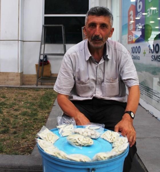 55 yaşındaki Arap Özkul yaşamını 30 yıldır kenger sakızı satarak kazandığını söylüyor.JPG
