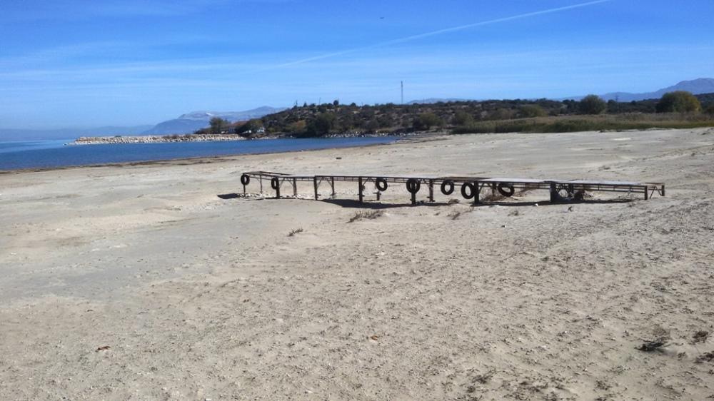 Eğirdir Gölü kıyısındaki Bedre Plajında bulunan iskele suların çekilmesiyle kumların arasında kaldı.jpg