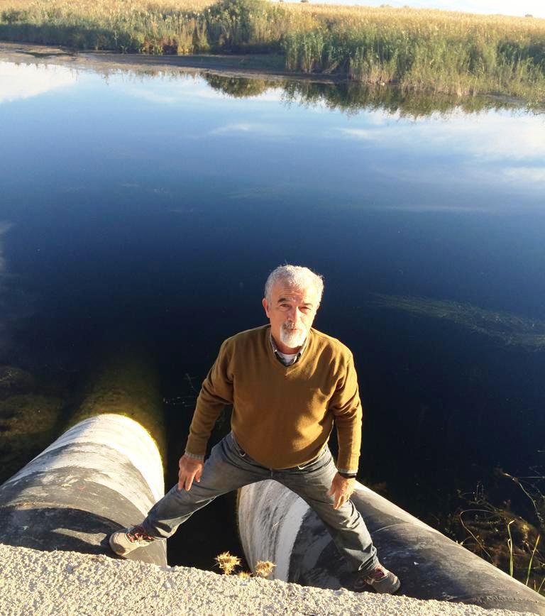 Erol Kesici dev su borularının gölü boşalttığını söylüyor.jpg